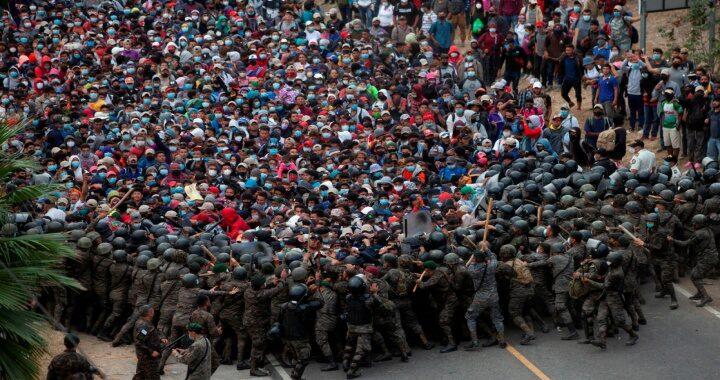 Guatemala frena con violencia caravana migrante; en México se despliega la GN
